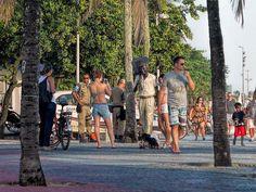 Tom Jobim caminhando na orla de Ipanema/Arpoador... Rio de Janeiro, Brasil.