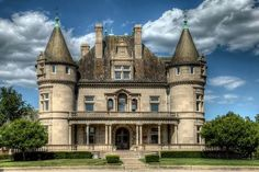 Abandoned Mansions for Sale: Hecker-Smiley Mansion - 5510 Woodward Ave. Abandoned Mansion For Sale, Abandoned Detroit, Abandoned Property, Old Mansions, Mansions For Sale, Abandoned Mansions, Architecture Old, Beautiful Architecture, Beautiful Buildings
