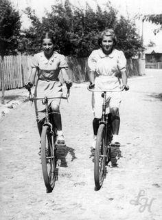 Wiosna pełną parą - czas na rowery.  Aleje Tadeusz Kościuszki. Data: 04.06.1939 r.
