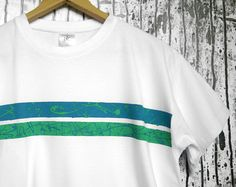 Hand-painted white t-shirt, with electric blue and mint green abstract painting. 100% quality organic cotton. € 19,90