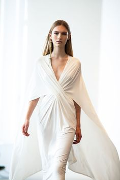 Donna Karan Resort 2014 - the white dress Donna Karan, Cape Dress, Dress Me Up, Robes Glamour, Moda Formal, Fashion Details, Fashion Design, White Fashion, Fashion Cape