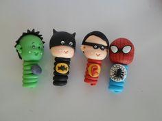 Ponteiras de lápis com os heróis baby. Acompanha o lápis.