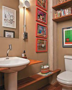 Contíguo ao escritório da casa, o banheiro ocupa o vão embaixo da escada que leva ao pavimento superior. Projeto de David Bastos e Caio Bandeira. 100 banheiros publicados pela ARQUITETURA E CONSTRUÇÃO - Casa