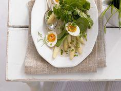 Spargelsalat mit Ei und Spinat ist ein Rezept mit frischen Zutaten aus der Kategorie Blattgemüse. Probieren Sie dieses und weitere Rezepte von EAT SMARTER!