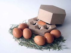 Hexovo (Salvador Bru, The eggs will be presented in an eggcup of cardboard recycled with form of hexagonal prism. This format search to recall us to a nest, intends to give a traditional and more austere image to the presentation of the product. Packaging Carton, Egg Packaging, Clever Packaging, Blister Packaging, Cardboard Packaging, Cardboard Recycling, Creative Box, Brown Paper Packages, Wraps