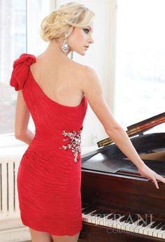 Vestido corto realizado en chiffon rojo con escote asimetrico de Terani Couture.
