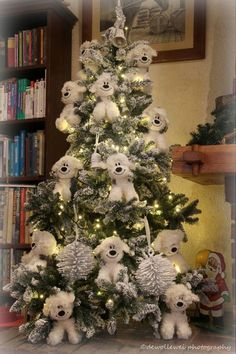 Here are best White Christmas Decor ideas. From White Christmas Tree decor to Table top trees to Alternative trees to Christmas home decor in White. White Flocked Christmas Tree, Mickey Mouse Christmas Tree, Blue Christmas Tree Decorations, Elf Christmas Tree, Christmas Tree Design, Beautiful Christmas Trees, Christmas Crafts, English Sheepdog, Decor Ideas