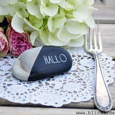 Schwarz-weiße Tischdeko für die Gartenparty