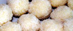 """Unul dintre deserturile mele preferate sunt aceste bomboane raw vegane de tip """"Raffaello"""" cu fulgi din nuca de cocos. Su Krispie Treats, Rice Krispies, Healthy Recipes, Delicious Recipes, Food To Make, Yummy Food, Desserts, Raffaello, Tailgate Desserts"""