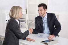 Reunión con cliente para la aprobación de boceto de mano alzada.
