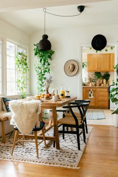 SPELL welcomes you to the urban jungle ~ Sara Toufali's bohemian oasis FILLED with greenery and indoor plants in LA, California Beautiful Interiors, Beautiful Homes, Interior Styling, Interior Decorating, Decorating Ideas, Modern Bohemian Decor, Clever Design, Dining Room Design, Apartment Living