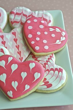 Sugar Cookie Hearts {decorating tutorial} for a Valentine's day party or bake sale!