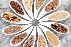Les fibres, solubles et insolubles, sont essentielles à  l'organisme.  Pour profiter de l'ensemble de leurs bienfaits, il faut penser à diversifier leur consommation, d'autant plus qu'on les retrouve dans les fruits, les légumes, les légumes secs et les céréales complètes.