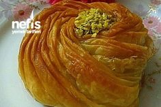 How to make a Rose Baklava Recipe? Illustrated explanation of Gül Baklava Recipe in the book of Pasta Cake, Turkish Sweets, Greek Desserts, Middle Eastern Recipes, Turkish Recipes, Kids Meals, Dessert Recipes, Yummy Recipes, Food And Drink