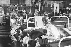 HANNOVER FLÜCHTLINGE Viele lebten noch Jahre nach dem Krieg in Massenquartieren, wie auf dem 1947 in Harkenbleck (REGION H) aufgenommenen Bild. Gern gesehen waren sie nicht.