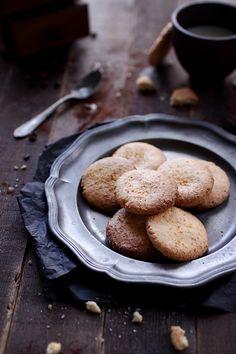 Biscuits à la noix de coco :  http://www.chefnini.com/biscuits-la-noix-de-coco/