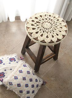 Crocheted Doily Stool Cover, free pattern via . I don't even have a stool to cover but I would crochet this in a heartbeat Crochet Home Decor, Crochet Crafts, Crochet Yarn, Crochet Hooks, Crochet Projects, Pinterest Crochet, Crochet Motifs, Crochet Doilies, Crochet Patterns
