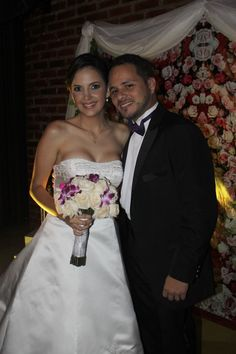 Espectaculares novios. Bouquet de rosa y orquideas. Mas sonrisas, mas amor con Alegra Con Flores!!!,