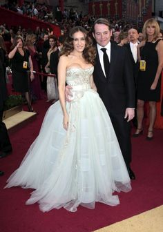 Sarah Jessica Parker, Carrie Bradshaw en la serie 'Sexo en Nueva York, con su marido Matthew Broderick en 2009. El vestido es de Dior por John Galliano.  (CORDON PRESS)