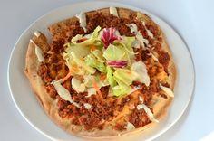 Turkse Pizza - Lahmachun || oven || flatbread, rundergehakt, tomatenblokjes, rode parika, ui, knoflook, harissa, komijn, zeezout. Garneren: sla, kebab, kaas, knoflooksaus