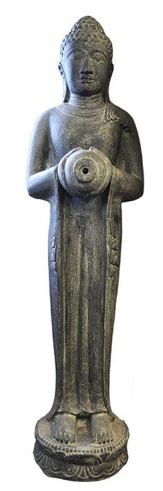 Boeddha staand met fontein