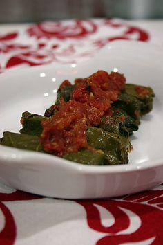 Turkish sarma - grape leaves stuffed with rice/meat. So tasty. Turkish Recipes, Ethnic Recipes, Iftar, Seaweed Salad, Palak Paneer, The Best, Tasty, Favorite Recipes, Meat