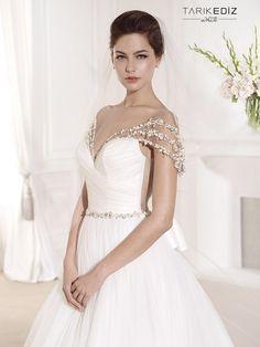 (Foto 2 de 87) Detalle del romántico y delicado escote de este vestido de novia de Tarik Ediz, Galeria de fotos de ¡Atrévete a dar la espalda con estos vestidos!