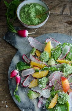Rädissallad med nektarin och rädisblastpesto. www.blogg.alltommat.se/liselotteforslin Photo: Liselotte Forslin