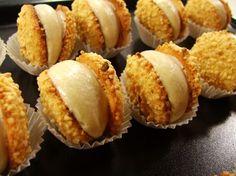 Gli spettacolari yo yo alle arachidi con mousseline al cioccolato di Luca Montersino. Un vero peccato di gola per grandi e piccini! http://www.alice.tv/ricette-cucina/dolcetti-mignon/yoyo-arachidi-cioccolato