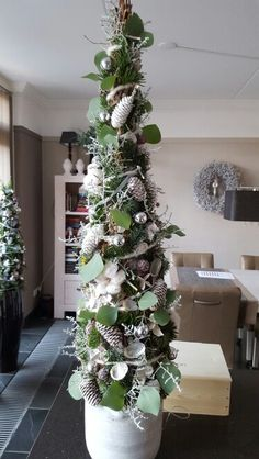 Kerstboom Christmas Greenery, Christmas Arrangements, Christmas Flowers, Christmas Tree Themes, Outdoor Christmas Decorations, Christmas Centerpieces, Christmas Wreaths, Christmas Baskets, Xmas Tree