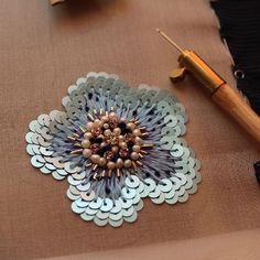 Процесс работы. Милый маленький цветок из новой коллекции. Мне все больше нравится сочетание сине-голубого и белого с розовым . # вышивка #люневильскийкрючок #люневильскаявышивка #cuteembroidery