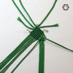 Tutorial: Grid pattern bracelet – Macramotiv Macrame Necklace, Macrame Jewelry, Macrame Bracelets, Wire Jewelry, Diy Friendship Bracelets Patterns, Paper Crafts, Diy Crafts, Mandala, Diy Tutorial
