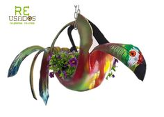 Llanta reciclada convertida en maceta colgante con forma de perico. No incluye cadena ni planta. Pintado con spray y pintura vinílica. Peso: 6kg Altura 56 cm, ancho 130 cm  RECUERDA QUE TODOS NUESTROS ARTÍCULOS SON PIEZAS ÚNICAS PUES SE FABRICAN CON MATERIAL RECICLADO.