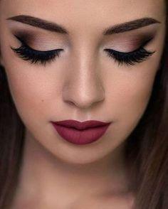 Rote Lippen, braune Augen, tolles Make-up. Rote Lippen, braune Augen, tolles Make-up . Smokey Eye Makeup, Eyeshadow Makeup, Hair Makeup, Red Eyeliner, Makeup Shop, Makeup Kit, Cute Makeup, Makeup Looks, Gorgeous Makeup