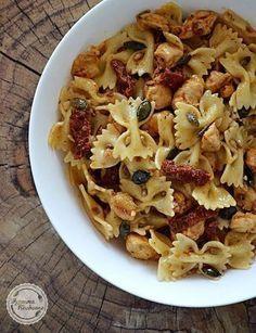 Sałatka makaronowa z kurczakiem i suszonymi pomidorami Chana Masala, Pasta Salad, Macaroni And Cheese, Salads, Lunch Box, Tasty, Baking, Ethnic Recipes, Food
