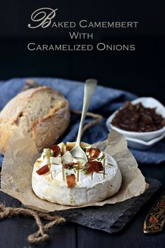 Baked Camembert with Caramelized Onions Fancy Party Food, My Favorite Food, Favorite Recipes, Baked Camembert, Good Food, Yummy Food, Sandwiches, Appetisers, Caramelized Onions
