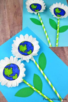 """I am in love with this adorable Daisy Earth Day Craft! The daisy """"petals"""" are created using cupcake liners. Add some straws, construction paper and the printable templates to recreate this fun Earth Day activity. Toddler Crafts, Preschool Crafts, Crafts For Kids, Arts And Crafts, Paper Crafts, Cork Crafts, Earth Craft, Earth Day Crafts, Earth Day Activities"""