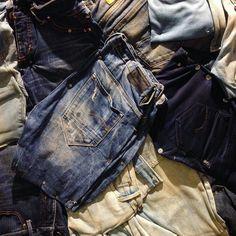 デニムの壁を発見 デニムを壁に打ち付けているだけなのでいらないデニムを使えば自分でも出来そうですね GWのお休みにチャレンジしてみてはいかがでしょうか #ミニミニガールズ #DIY #壁 #リフォーム #手作り #簡単 #デニム #ジーンズ #かっこいい #おしゃれ #再利用 #エコ  #wall #denim #jeans #reform #arrangement #love #blue #cool #handmade #fashion by miniminigirls