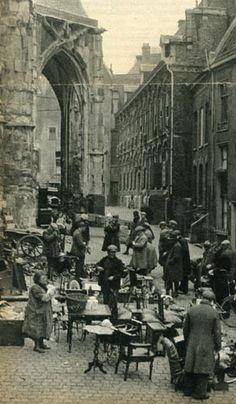 De rommelmarkt achter de oude Sint Stefanuskerk 1936 Nijmegen, beter bekend als de Luzemert.