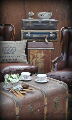 Vintage suitcases and trunks make beautiful home decor! Use as a coffee table, a trunk to hold blankets and more! Old Trunks, Vintage Trunks, Trunks And Chests, Vintage Chest, Vintage Suitcases, Vintage Luggage, Vintage Travel, Vintage Market, Vintage Love