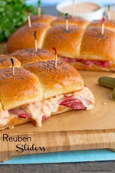 Reuben Sliders Reuben Sliders Recipe, Sandwich Reuben, Slider Sandwiches, Appetizer Sandwiches, Sandwich Recipes, Appetizer Recipes, Sandwich Board, Ham Sliders, Vegetarian