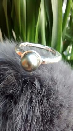 Raw ring in silver925 with thaiti black pearl, Milogis gallery Paris.