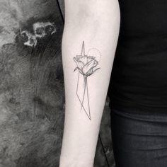 Tatuagem feita por Jay K de Frankfurt, Alemanha. Flor com traços geométricos.