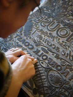 Angie Lewin (UK) cutting a linoblock