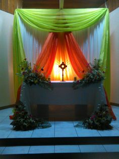 Altares Barbie Theme Party, Church Altar Decorations, Catholic Altar, Church Foyer, Ganapati Decoration, Holy Thursday, Church Flower Arrangements, Church Stage Design, Large Paper Flowers