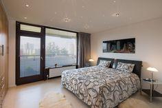 Weiße #Schlafzimmerdecke mit #Strahlern und kleinen #Kristallleuchten