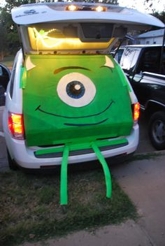 15 Thrifty Trunk or Treat Decorating Ideas - - Every year my church does a Trunk or Treat for Halloween. I am always looking for thrifty trunk or treat decorating ideas and something that can be put together quickly. If you haven't heard about. Holidays Halloween, Halloween Treats, Fall Halloween, Happy Halloween, Halloween Party, Halloween Costumes, Family Costumes, Diy Costumes, Trunk Or Treat