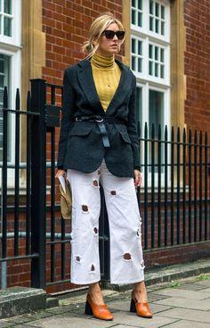 Street style, blazer com cinto, sapato mule de salto