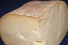 Balearene, det høres så flott ut, og det er det. Hovestaden på Menorca heter Mahón eller Maó, og det gjør sannelig osten også.