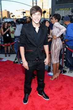 Austin Mahone at 2013 MTV Video Music Awards. i saw it and he won the an astronaut i must've voted for him more than a thousand times